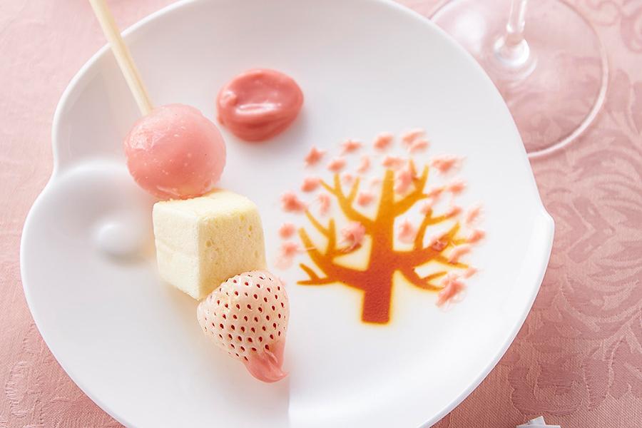 1人1皿の「お絵描きパレットと苺のブロシェット」。白いちご、パッションフルーツのマシュマロ、水饅頭がお花見団子風に