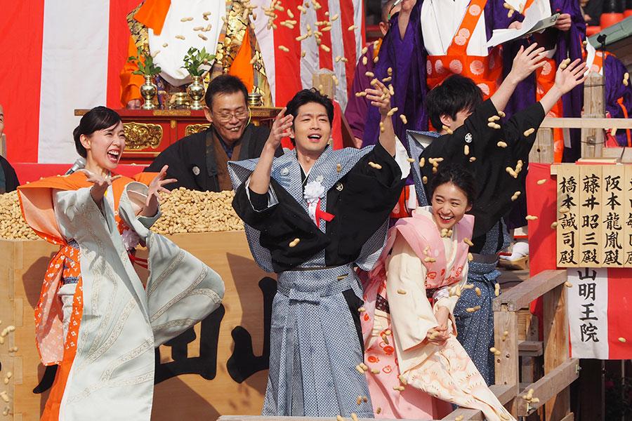 スカーレット4人、大阪成田山で豪快豆まき