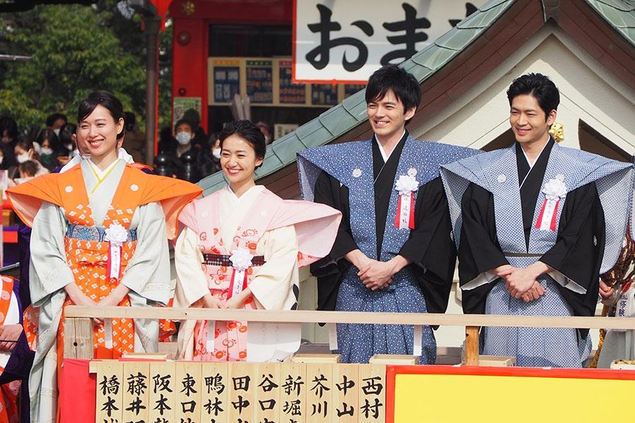 「待ってました!」の声に笑顔になる(左から)戸田恵梨香、大島優子、林遣都、松下洸平(3日・成田山不動尊)