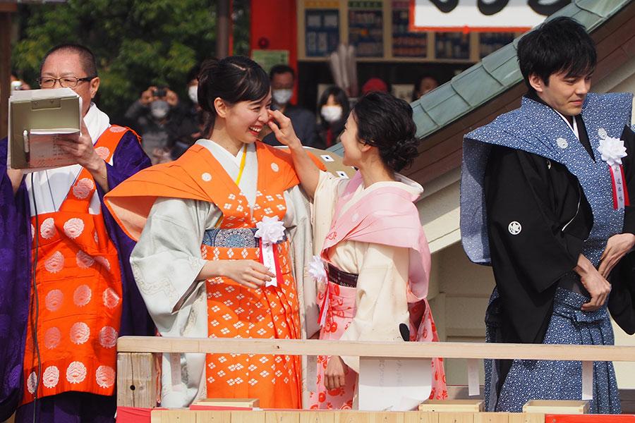 顔についた殻と取り合う戸田恵梨香と大島優子(3日・成田山不動尊)