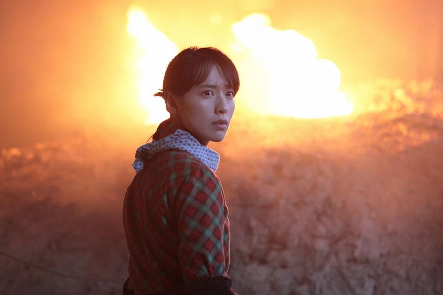第105回より、崩れた穴から激しく吹き出す炎に驚く喜美子(戸田恵梨香)©NHK