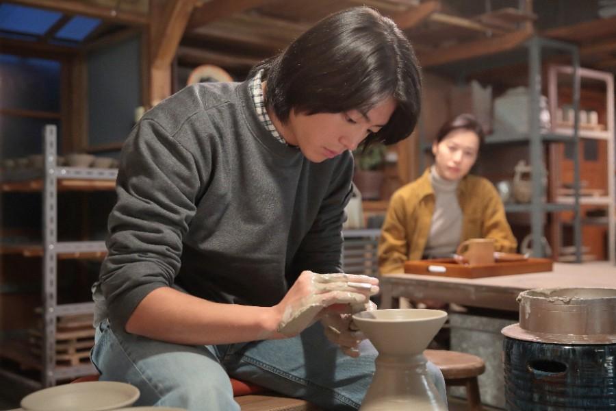 作陶する武志(伊藤健太郎)と見守る喜美子(戸田恵梨香)