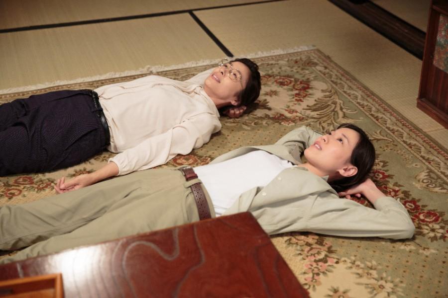 川原家・茶の間で寝転がって話をする喜美子(戸田恵梨香)とちや子(水野美紀)