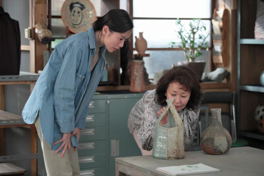 作品の音を聴く川原喜美子(戸田恵梨香)と小池アンリ(烏丸せつこ) (C)NHK