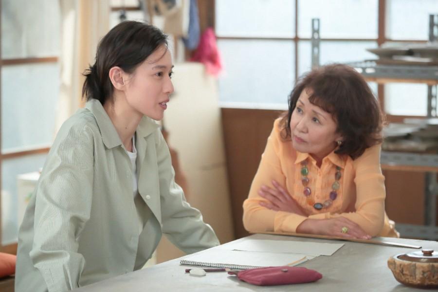 第114回より、「かわはら工房」でアンリ(烏丸せつこ)と話をする喜美子(戸田恵梨香)