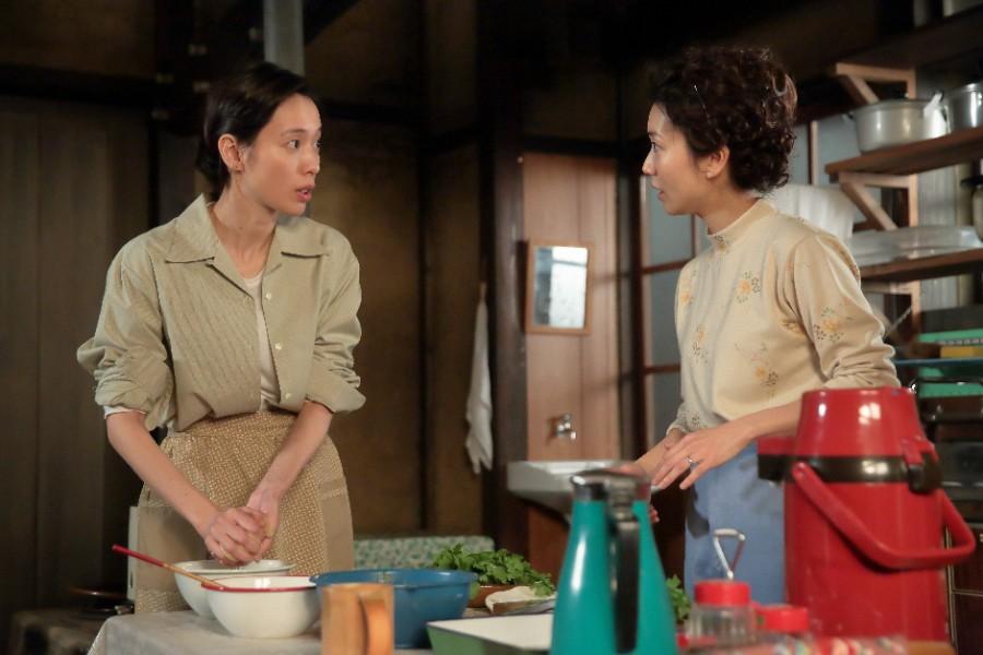 久しぶりに照子たちとごはんを食べることになり、準備をする川原喜美子(戸田恵梨香)と熊谷照子(大島優子)