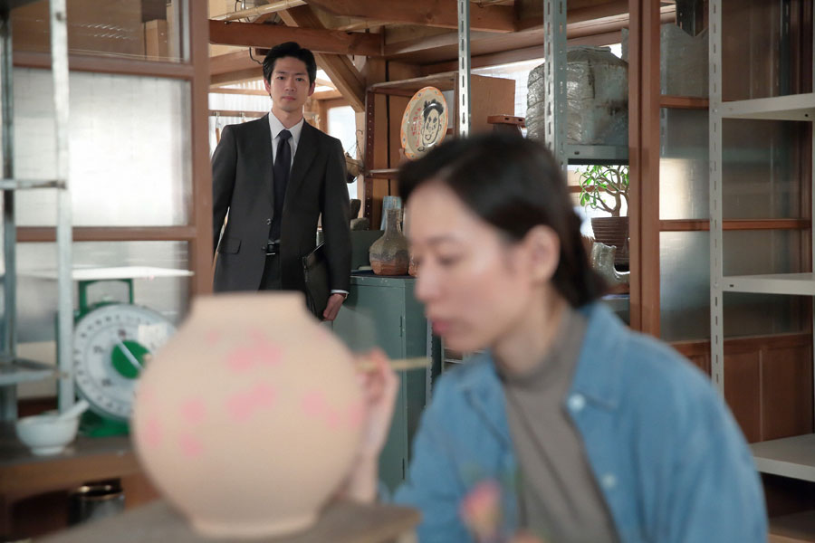 喜美子(戸田恵梨香)の作業を見守る八郎(松下洸平)