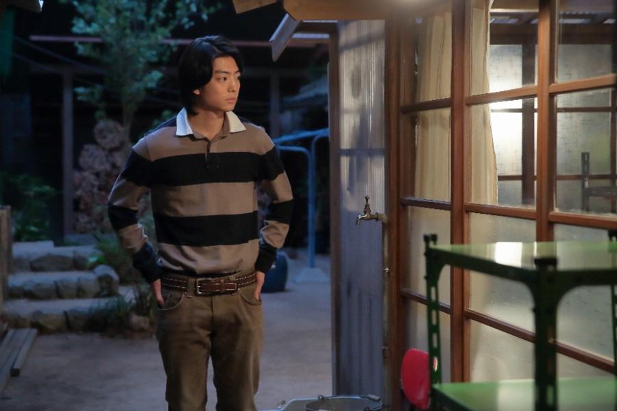 「かわはら工房」の前で母・喜美子と父・八郎の話を聞く川原武志(伊藤健太郎)