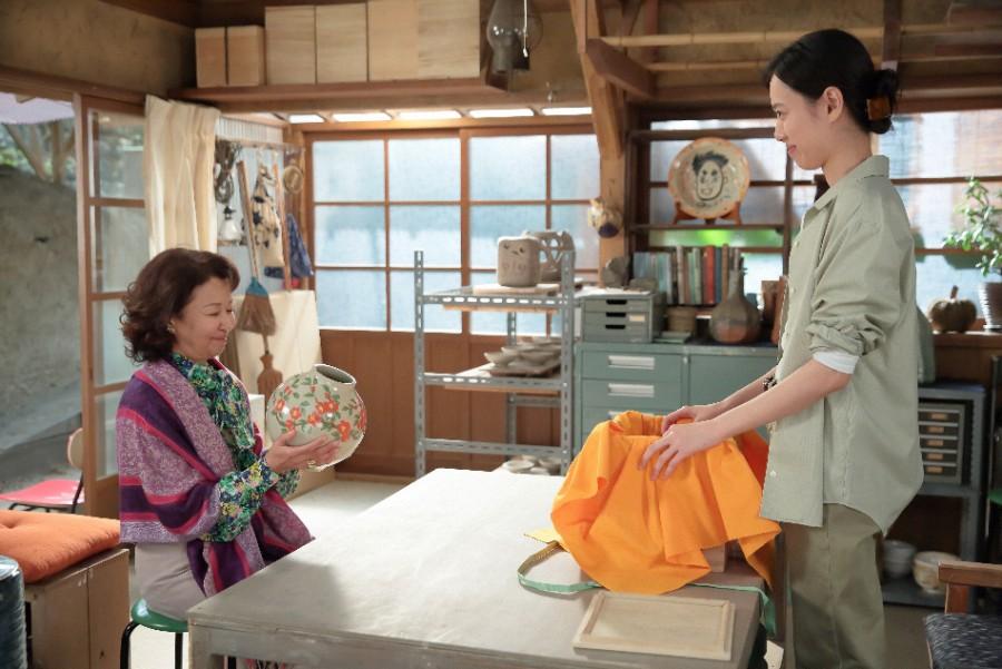 完成した花瓶を受け取りに来たアンリ(烏丸せつこ)と話をする喜美子(戸田恵梨香)