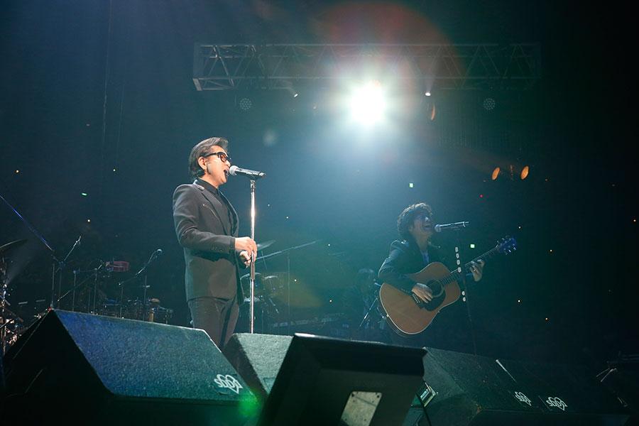 『白い雲のように』を歌う藤井フミヤ、スターダスト☆レビュー根本要(15日・大阪城ホール)写真:LIVE SDD 2020 official photo