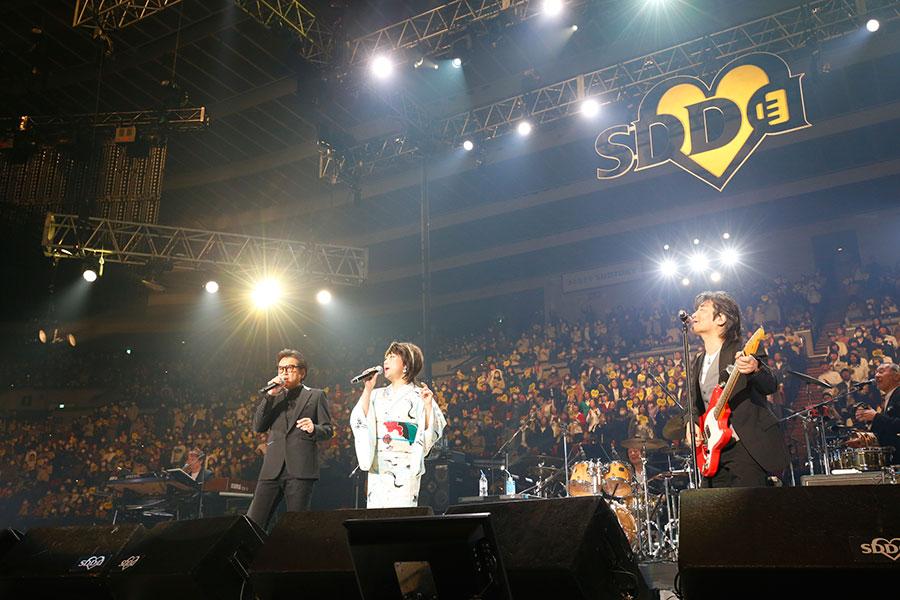 『愛の歌』を披露する(左から)藤井フミヤ、水谷千重子、根本要(15日・大阪城ホール)写真:LIVE SDD 2020 official photo
