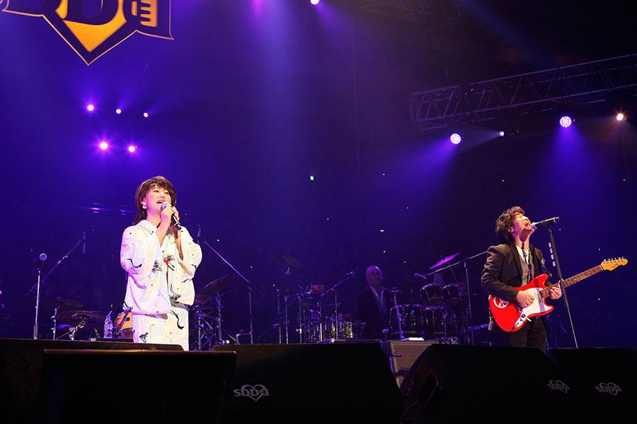 『追憶』をスタレビ根本と熱唱する水谷千重子(15日・大阪城ホール)写真:LIVE SDD 2020 official photo