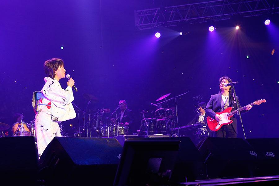 『追憶』をスタレビ根本とアイコンタクトしながら熱唱する水谷千重子(15日・大阪城ホール)写真:LIVE SDD 2020 official photo