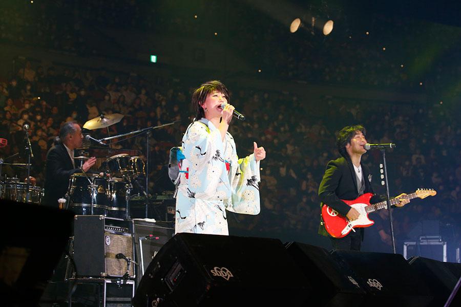 『LIVE SDD 2020』に初登場した水谷千重子、右がスタレビ音根本(15日・大阪城ホール)写真:LIVE SDD 2020 official photo