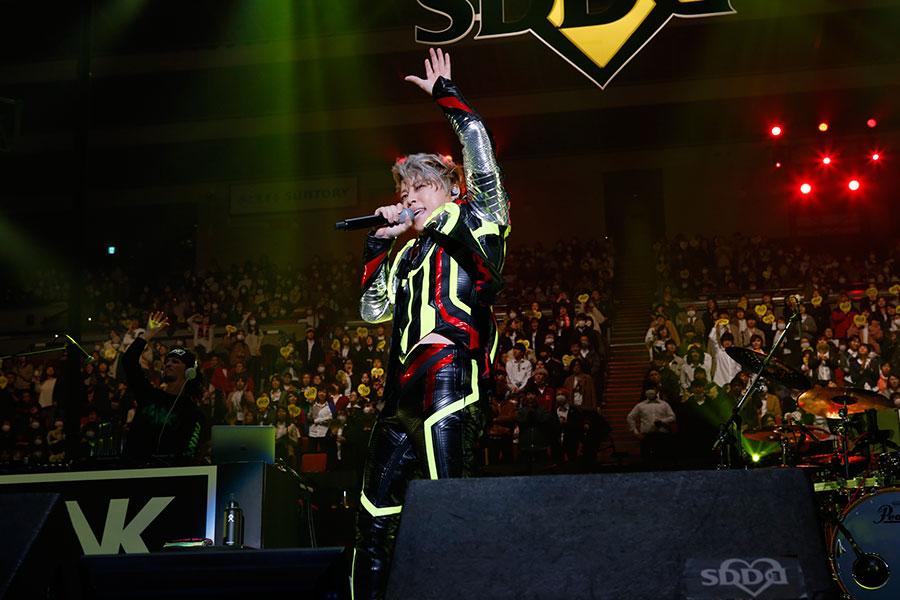 1曲目に『REAL×EYEZ』を披露した西川貴教(15日・大阪城ホール)写真:LIVE SDD 2020 official photo
