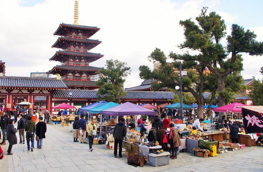 『四天会蚤の市』の会場には、四天王寺で一番大きな赤い門「極楽門」と「西重門」の間にある広場に約100店舗が密集(2月9日・四天王寺)