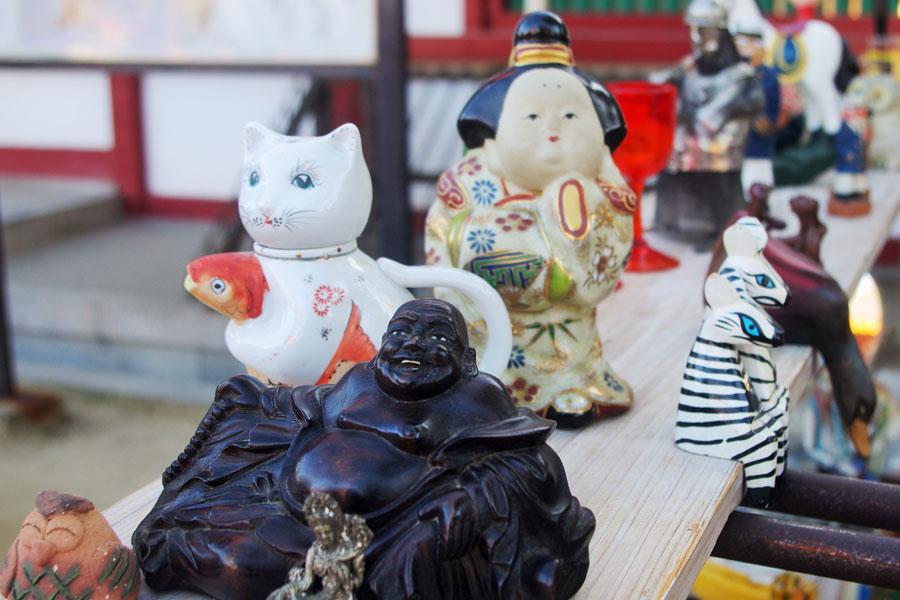 手前から木彫りの仙人、猫の醤油挿し、陶器の人形(2月9日・四天王寺)