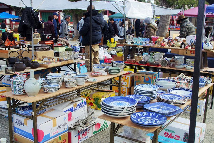 本格的な古伊万里や色絵皿、九谷焼などが揃ったコーナー。よく見ると戦前、旧日本軍仕様のコレクター向きの商品もある(2月9日・四天王寺)