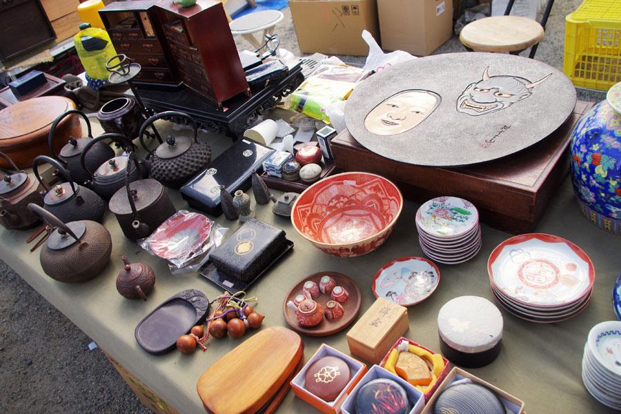 鉄瓶や赤九谷、書道具、茶道具などの商品も数多く並べられた(2月9日・四天王寺)