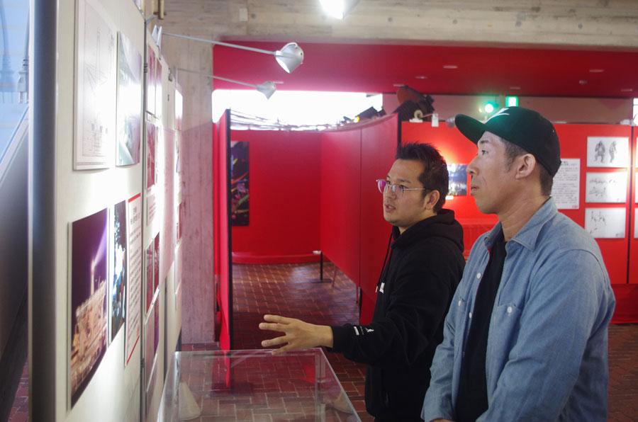 「太陽の塔」について説明を受ける田村(1月31日・万博記念公園)