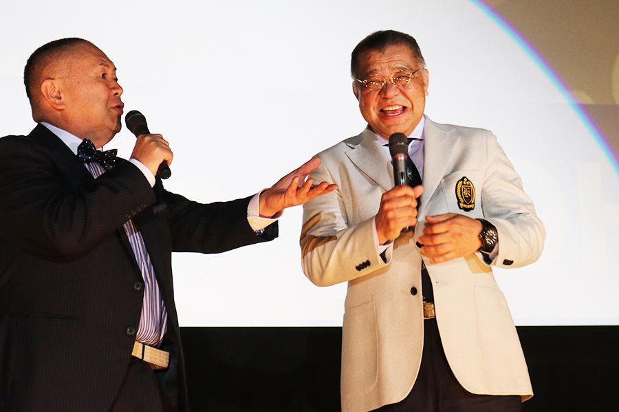 掛布(左)も松村のトークに大爆笑