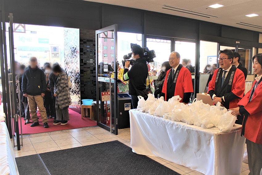 初日21日・10時のオープンを心待ちに並ぶ滋賀県民(近鉄百貨店広報部提供)