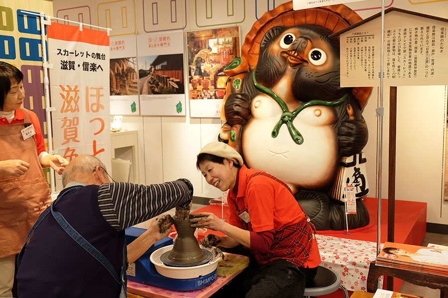 「アカリスポット」では、NHK大津放送局の協力で朝ドラ『スカーレット』のパネル展も開催。ろくろの陶芸体験ができる