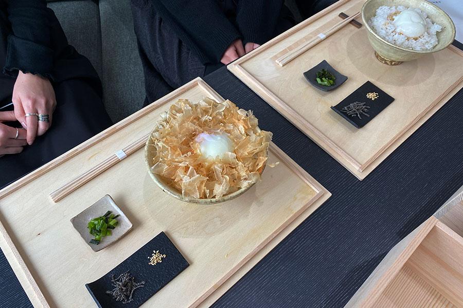 (手前から)「赤玉」の温泉卵+鶏節の卵かけご飯(700円)、「森の宝石」の温泉卵かけご飯(1000円)、を注文していた女性2人組