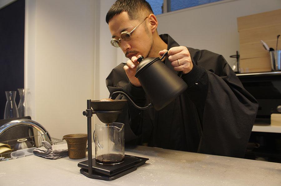 食材だけでなく茶碗や木箱などもこだわり抜き、日本の伝統文化を大切にすることを信念にしている店主の小澤さん。自身も着物姿で迎えてくれる