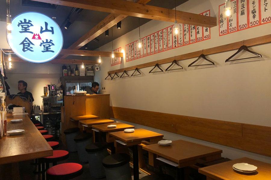「堂山食堂」3号店の店内(カウンター11席、テーブル20席、ほかスタンディング席も)
