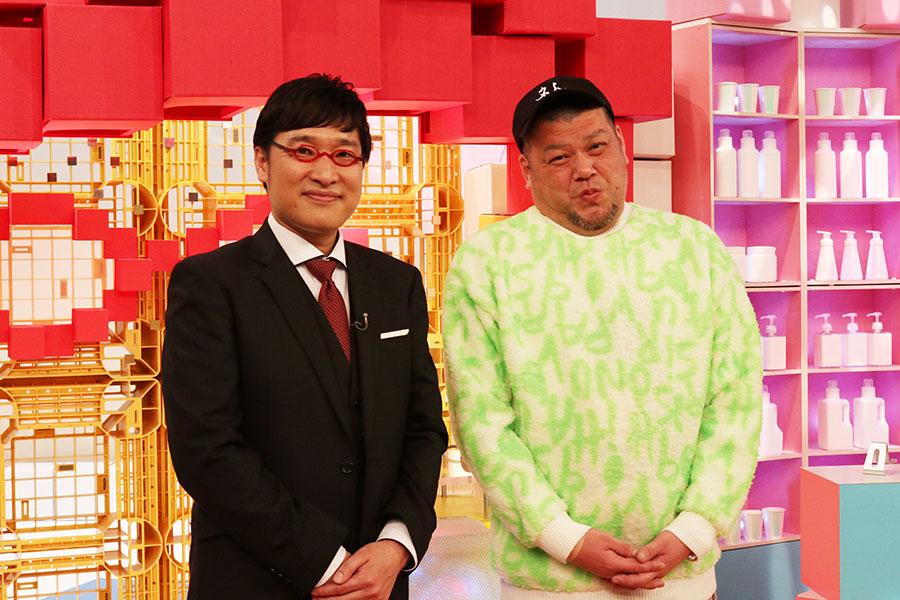 会見に登場した山里亮太(左)とくっきー!(14日・大阪市内)