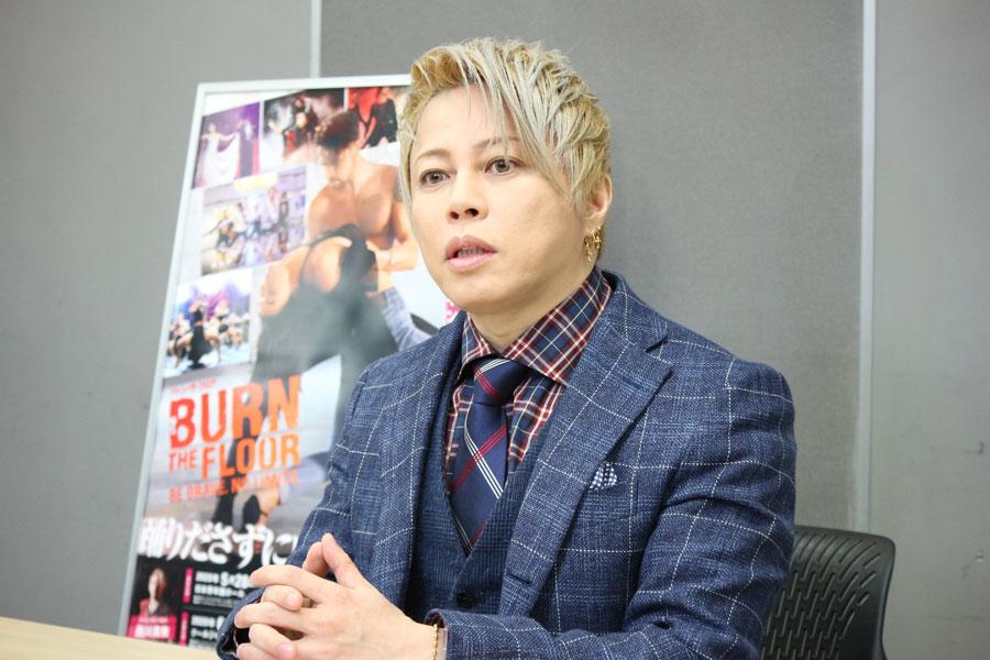 「(ウイルスの)拡散をしないように努力していきましょう」と訴えかける西川貴教(2月27日・大阪市内)