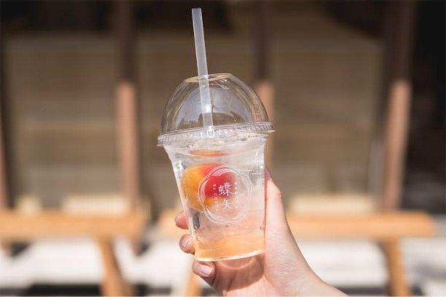 梅の実が丸ごと入ったテイクアウトドリンク「梅ソーダ」(540円)も飲める