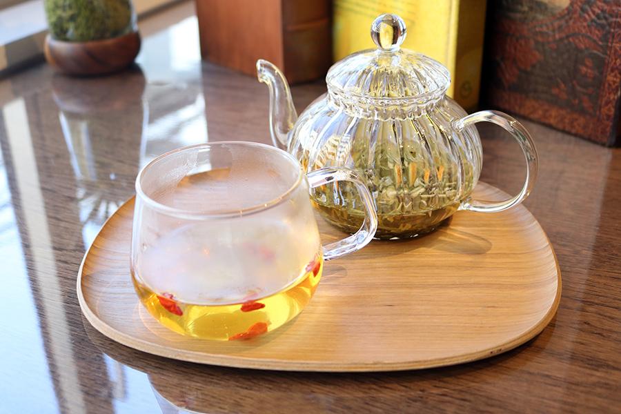 薬膳ハーブティー陳皮や菊花などの漢方食材とハーブを組み合わせている。写真は「ジャスミンベース」(700円)。赤いクコの実は、そのまま食べることができる
