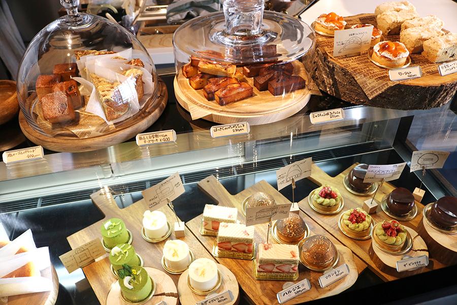 ショーケースのケーキや焼き菓子は、持ち帰りのほかに店内でも味わうこともできる