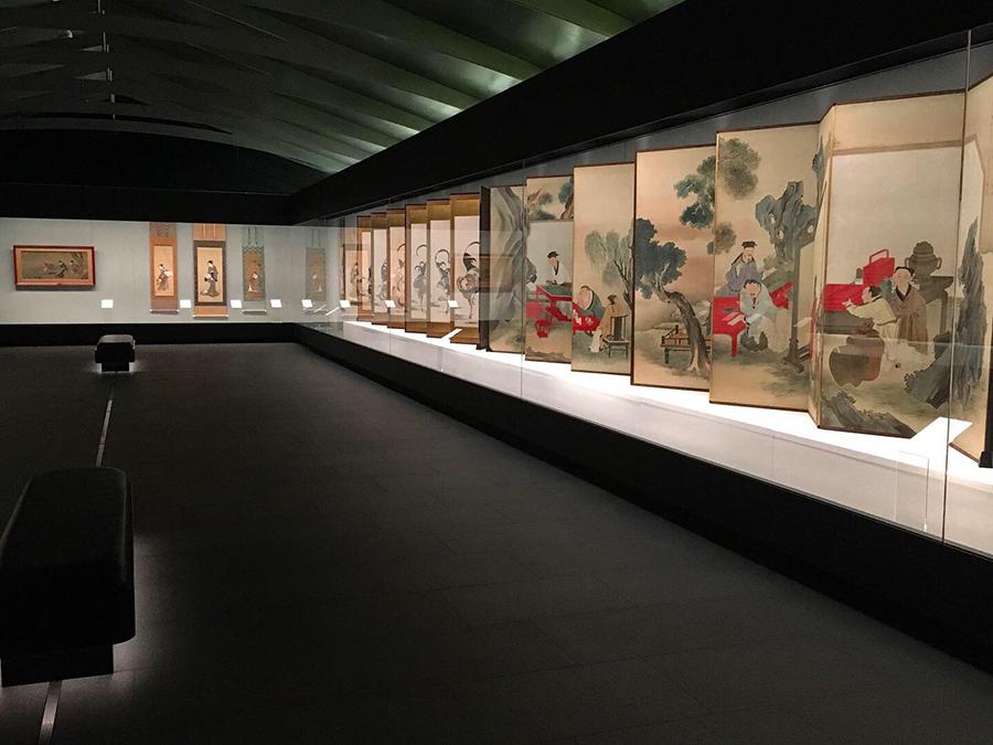 展示室は蔵をイメージした仄暗い照明。92%という高透過率かつ幅4m、世界に類を見ない巨大なガラスが設置された展示ケースは、作品に息がかかりそうなリアルさ