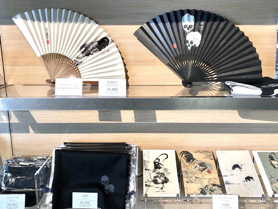 オリジナル商品とともに、宝蔵寺所蔵の、若冲「髑髏図」グッズも販売