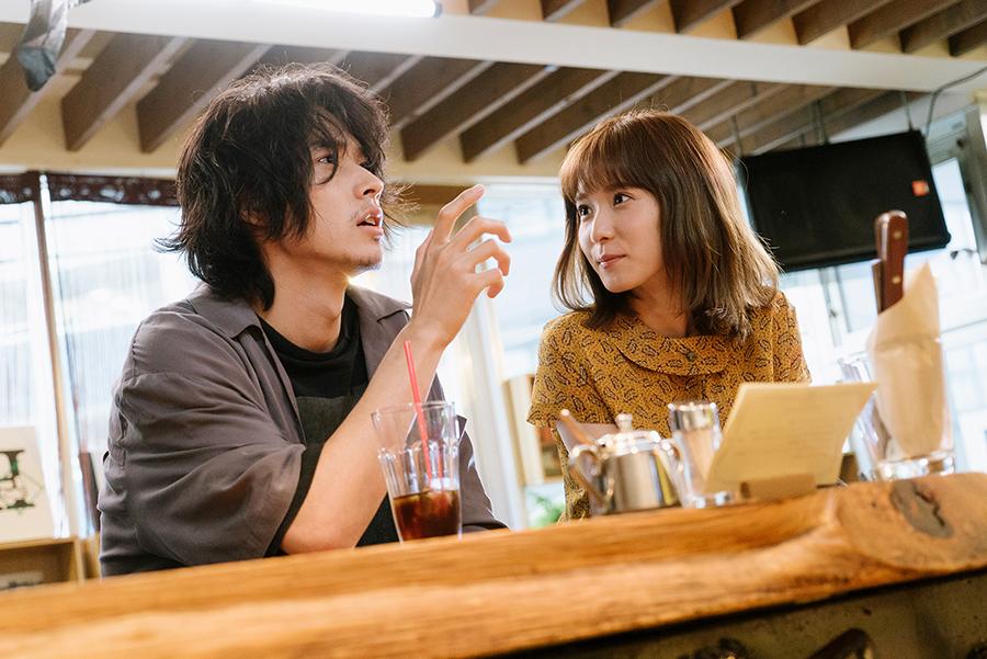 主人公の永田演じる山﨑賢人と、沙希演じる松岡茉優。©2020「劇場」製作委員会