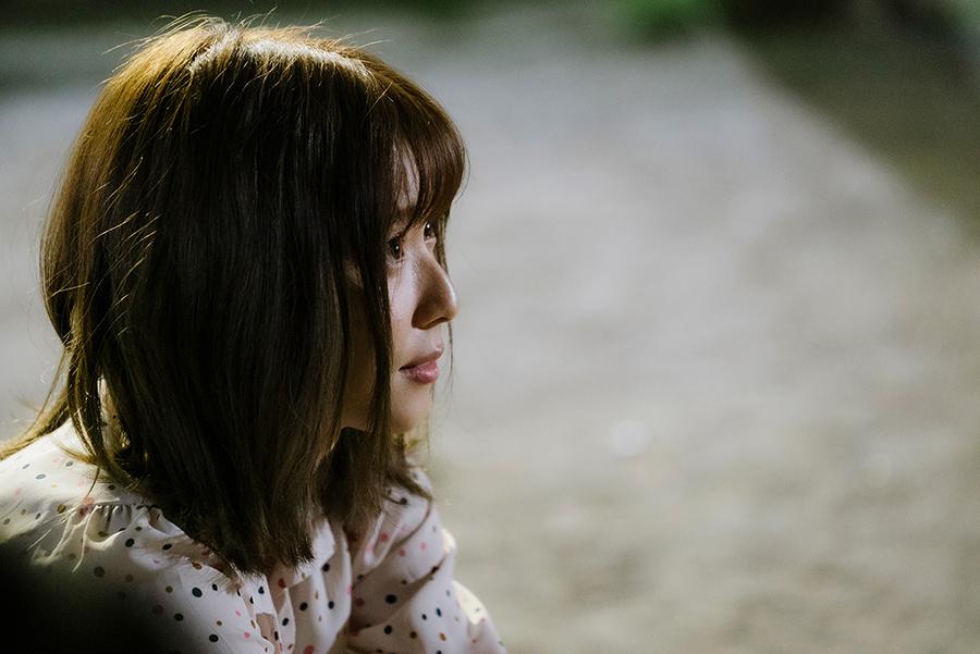 年齢とともに変化していく女性、沙希を演じる松岡茉優。©2020「劇場」製作委員会