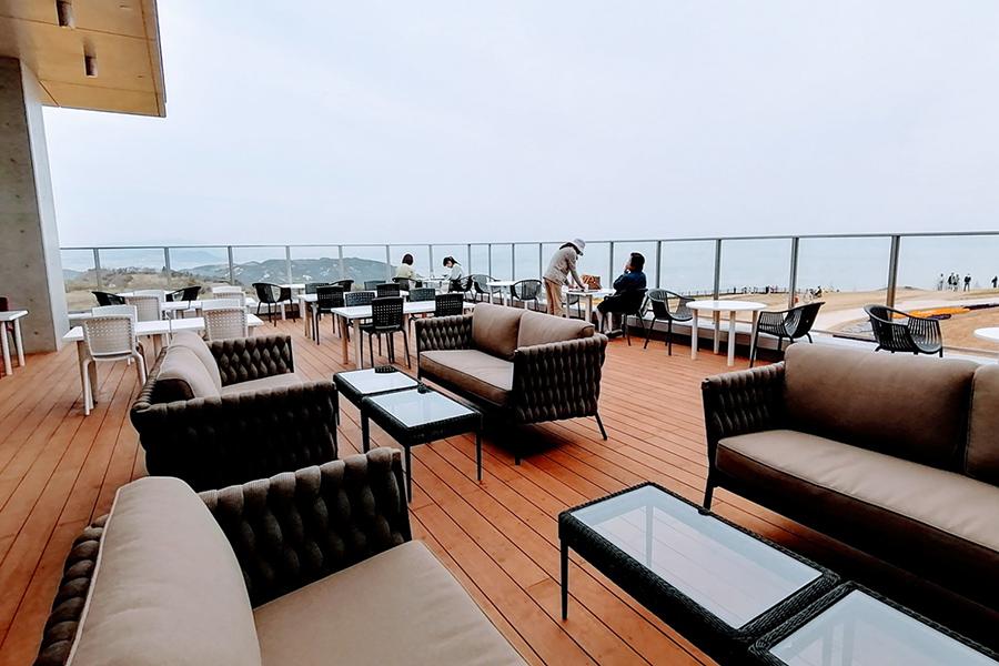 絶景を眺めながらゆっくり過ごせるカフェレストランGalleriのテラス席