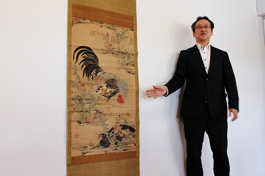 「蕪に双鶏図」の説明をする岡田秀之学芸課長