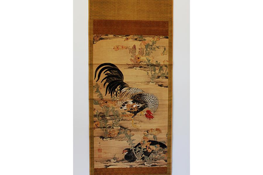 修理前の伊藤若冲の最初期の彩色画「蕪に双鶏図」(縦111センチ、横68.8センチ)福田美術館所蔵