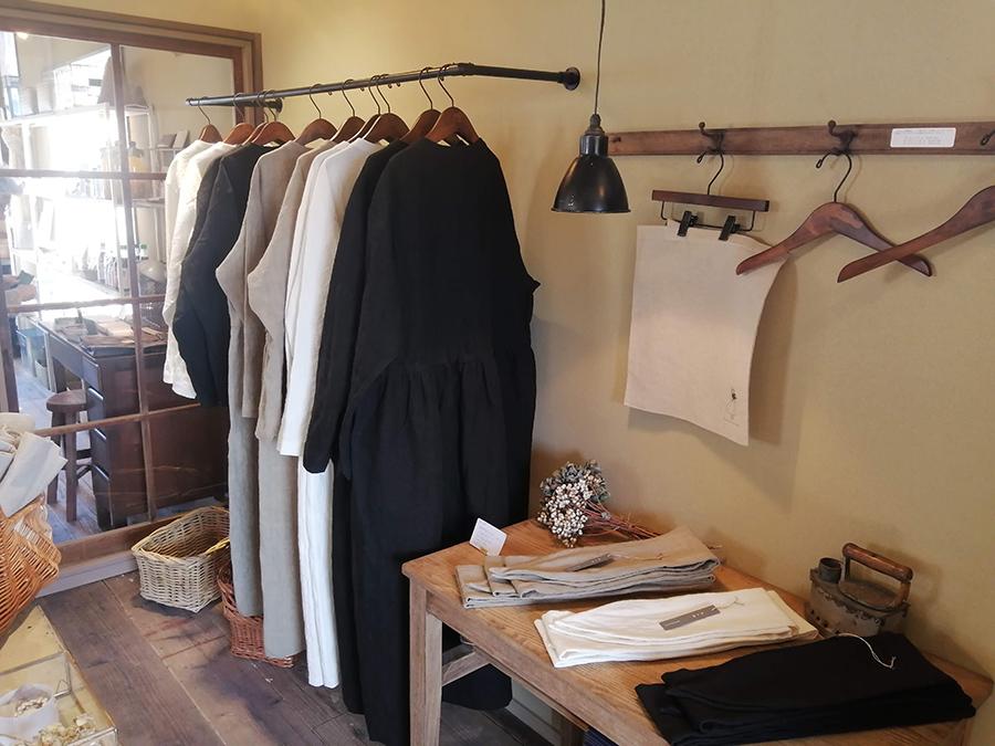 シャツ、ワンピース、ターバンとバッグが並ぶ「山の上の雑貨店」