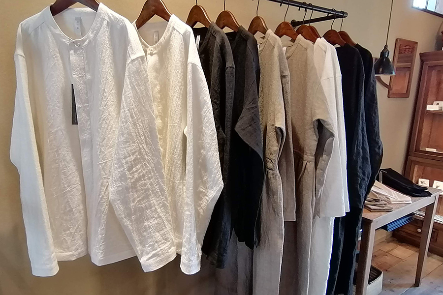 シャツとワンピースは王道の白、落ち着きのあるベージュ、上品な黒の3色展開