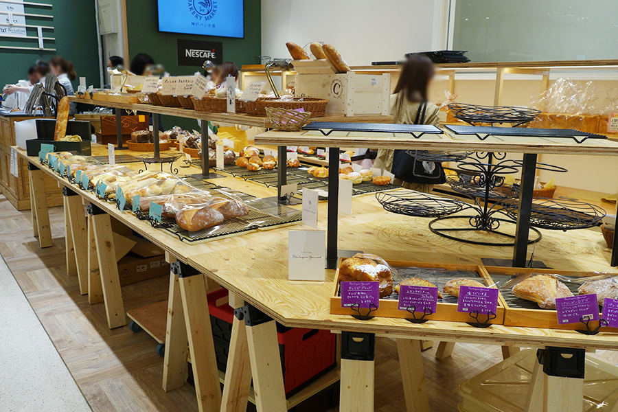 朝と昼とで並ぶパンが異なる店内