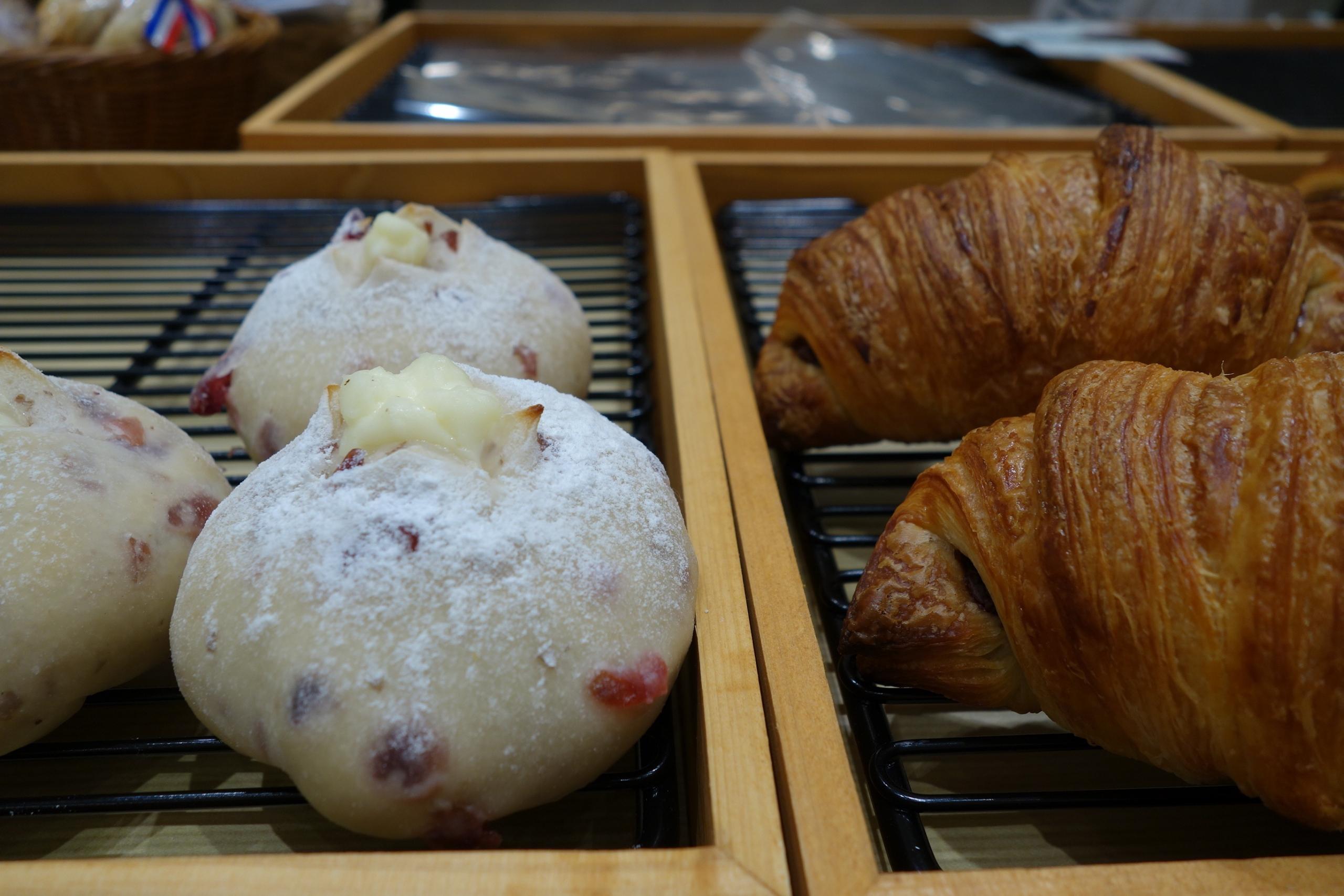 「米粉パン ルリ」のクランベリーとクリームチーズ286円、もちチョコクロワッサン264円。いずれもモチッとした食感が魅力