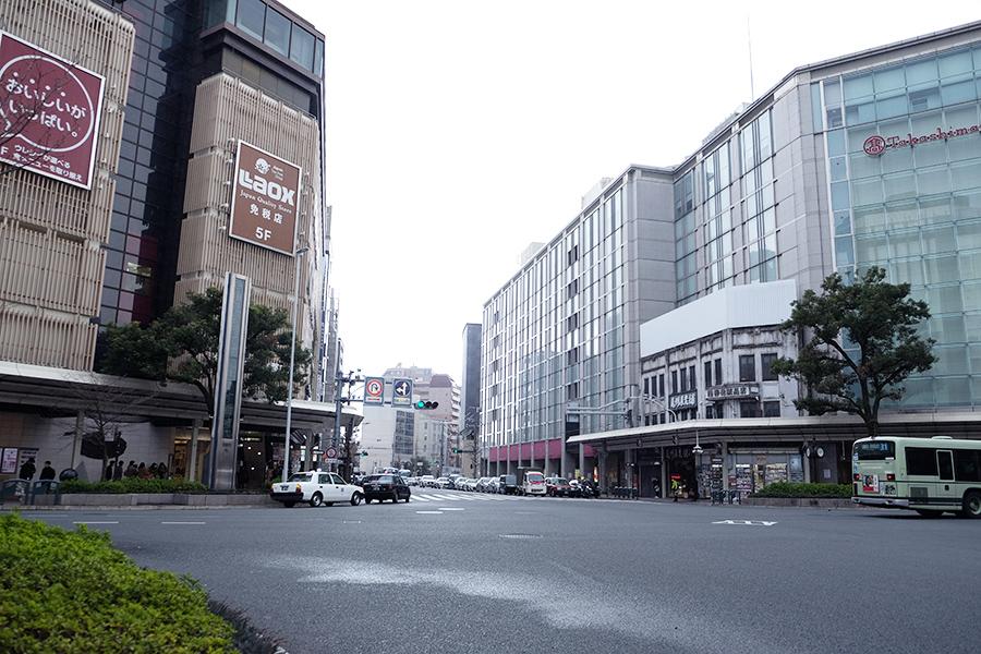 左は京都マルイ、右は高島屋京都店