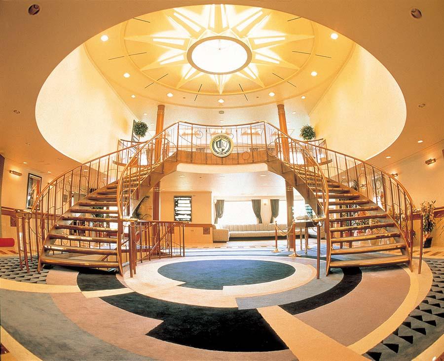「ルミナス神戸2」の船内エントランス