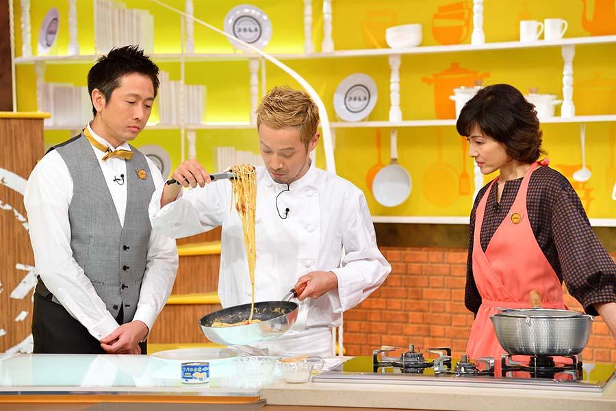 「サバ缶ペペロンチーノ」を作る、竹内シェフ