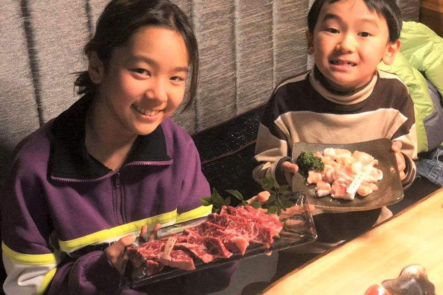 「萬野屋」小中学生の人数分のハラミを無料で提供